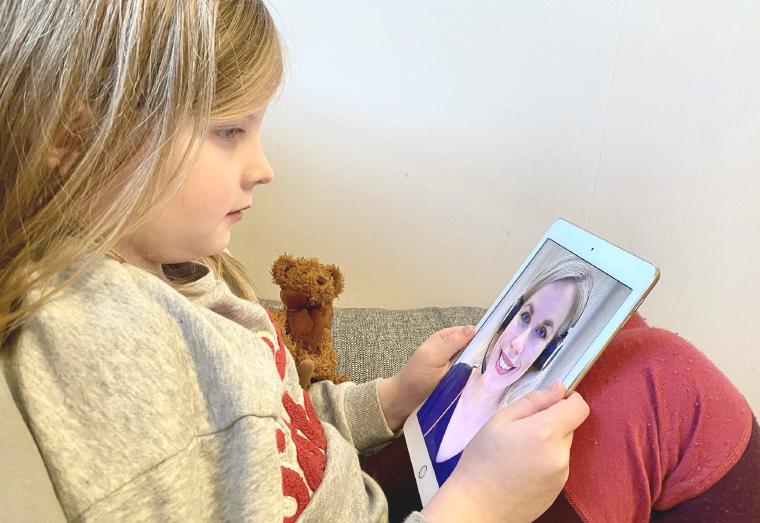Barn som tittar på logopeden på iPad